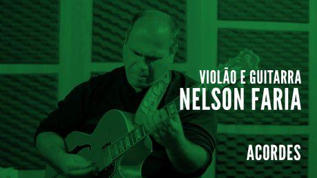 """Nelson Faria segura sua guitarra Condor com título """"Violão e Guitarra - Nelson Faria - Acordes"""""""