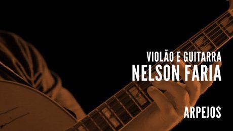 """Nelson Faria segura sua guitarra Condor com título """"Violão e Guitarra - Nelson Faria - Arpejos"""""""