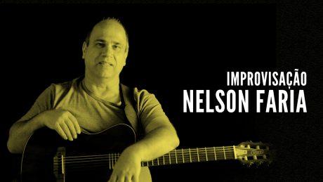 """Nelson Faria segura seu violão com título """"Improvisação - Nelson Faria"""""""
