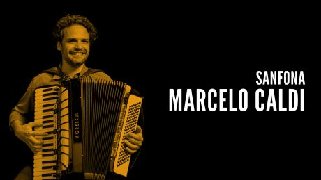 "Marcelo Caldi segura sua sanfona com o título ""Sanfona - Marcelo Caldi"""