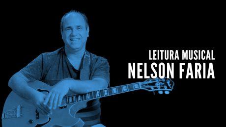 """Nelson Faria segura sua guitarra Condor com título """"Leitura Musical - Nelson Faria"""""""