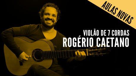 Rogério caetano segurando seu violão de 7 cordas