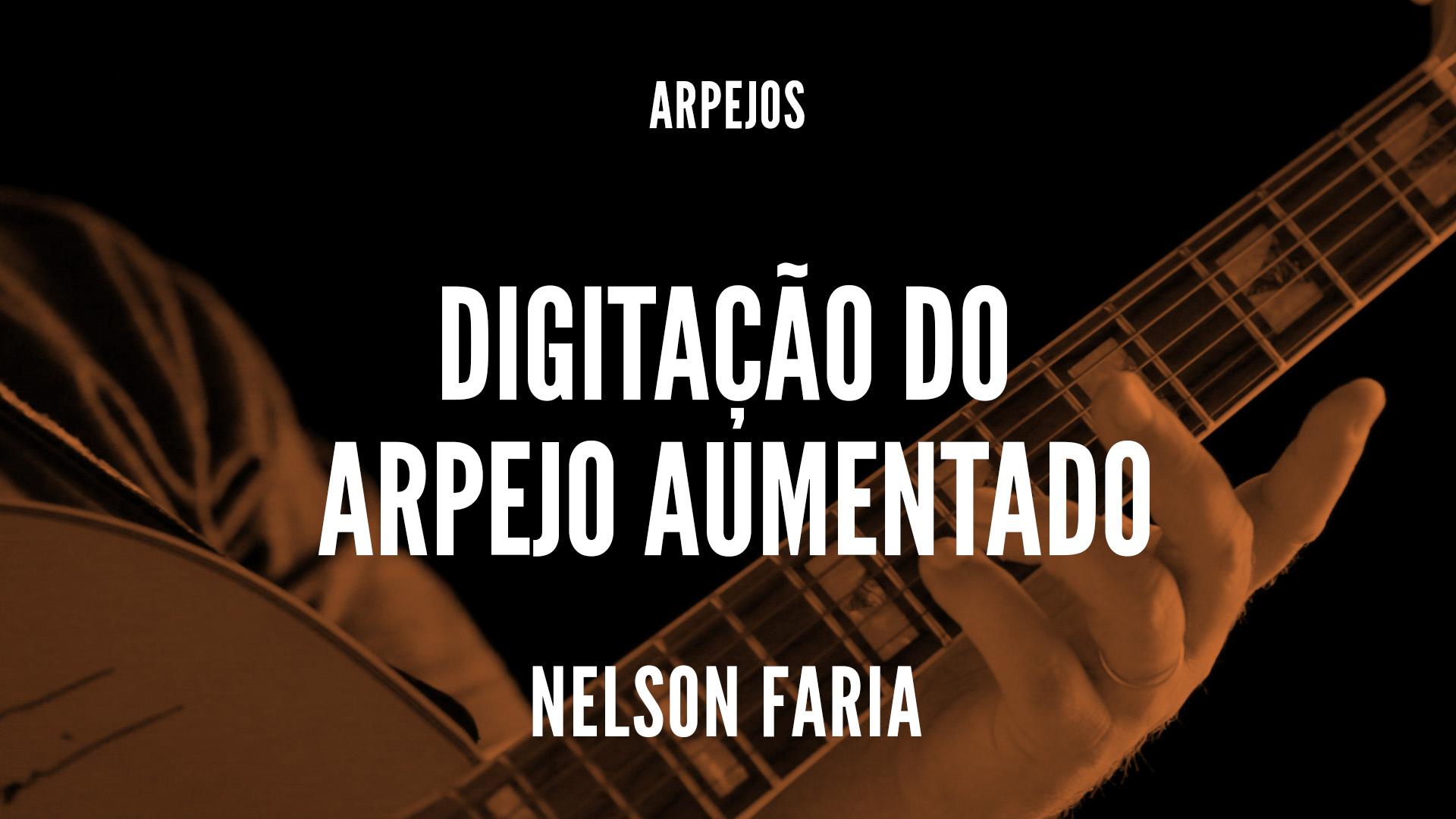 """Nelson Faria segura sua guitarra condor com o título """"digitação do arpejo aumentado"""""""