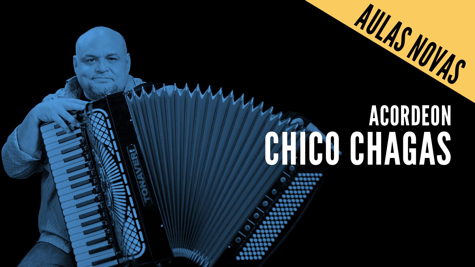 """Chico Chagas segura seu acordeon com o título """"Acordeon - Chico Chagas"""""""