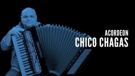 Chico Chagas tocando acordeon com o texto Acordoen