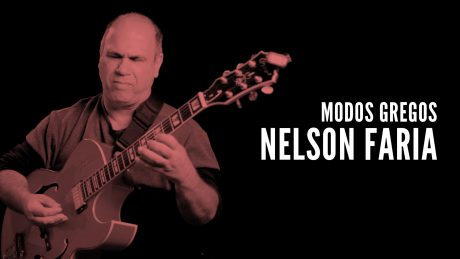 Nelson Faria segura sua guitarra com o título Modos Gregos